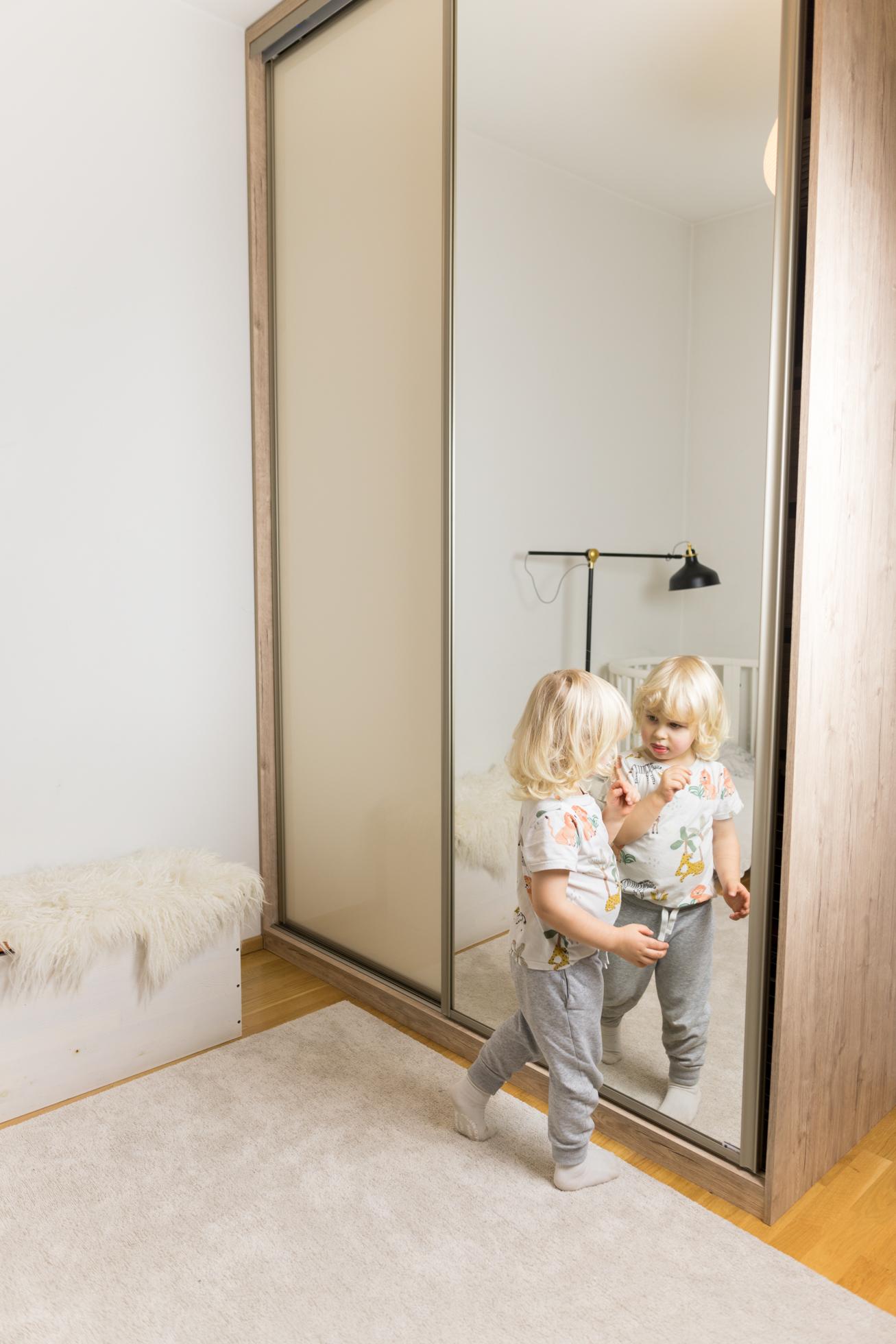 Liukuovikaappi ja lastenhuoneen muutos